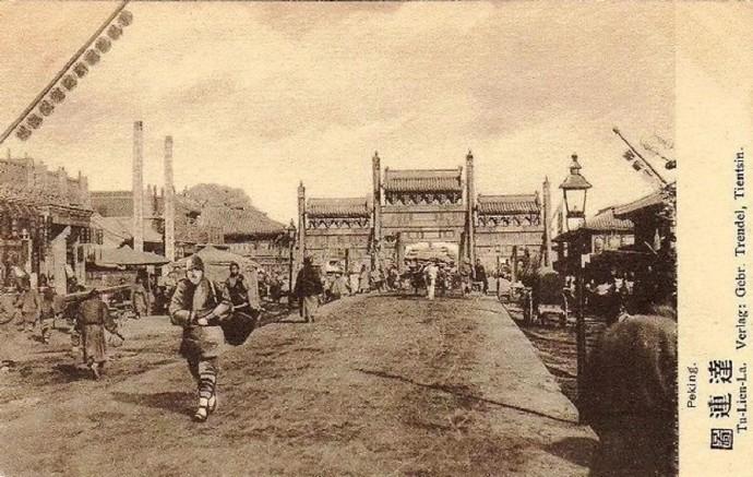 """20世纪前后老北京的""""单牌楼""""和""""四牌楼""""明信片"""